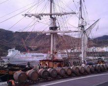 El velero 'Tres Hombres' carga 14 barricas de ron palmero en el puerto de la capital en su viaje al Caribe | La Palma Ahora