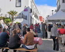 La calle Manuel Taño reúne a numeroso público para disfrutar de las castañas, las tapas y la música en vivo